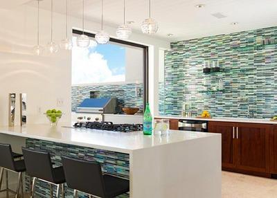 明るいペパーミントグリーンのタイルとブラウンのキッチン_[0].jpg